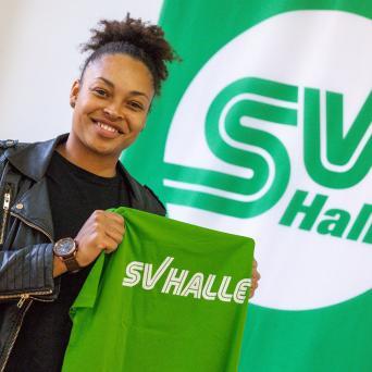 Shanice Craft bei der Vertragsunterschreibung mit dem SV Halle e.V.